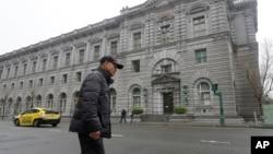 Một người đàn ông đi bên ngoài Toà Phúc thẩm Khu vực Tư pháp số 9 tại San Francisco, ngày 07 tháng 02 năm 2017.