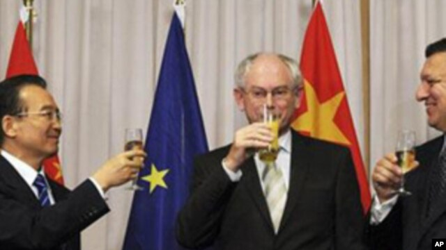 China's Prime Minister Wen Jiabao (l) and European Union Council President Herman Van Rompuy are seen following the signing ceremony of two agreements between the European Union and China at the EU Council building in Brussels, Belgium, October 6, 2010