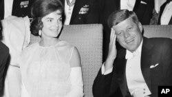 Predsednik Džon F. Kenedi i prva dama Žaklin Kenedi na jednom od inauguracionih balova u Vašingtonu, 1961.