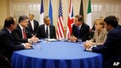 ABŞ, Ukrayna, Britaniya, Fransa, Almaniya və İtaliya rəhbərləri bir masa arxasında. 4 sentyabr, 2014.