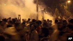 Los partidarios del depuesto ex presidente Mohammed Morsi tratan de escapar después que la policía antimotines disparara gases lacrimógenos.
