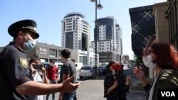 Gülnarə Mehdiyeva Təhsil Nazirliyinin binası qarşısında aksiya keçirir