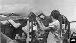 1930年代初期,一个贫困的大家庭在新墨西哥州的高速公路上