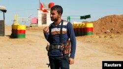 Suriye-Irak sınırında nöbet tutan bir PYD savaşçısı