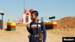 Suriye-Irak sınırında nöbet bekleyen PYD üyesi bir Kürt milis