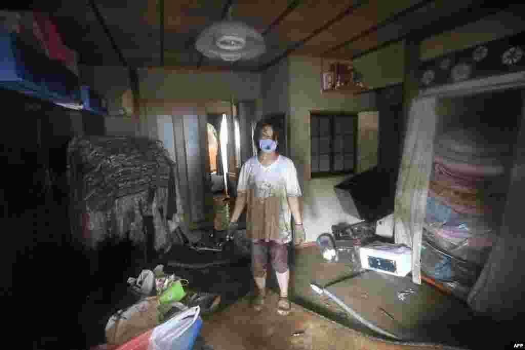 ملک کے کئی علاقوں میں بجلی کی فراہمی معطل ہے۔ کئی شہروں کا آپس میں مواصلاتی رابطہ بھی منقطع ہے۔