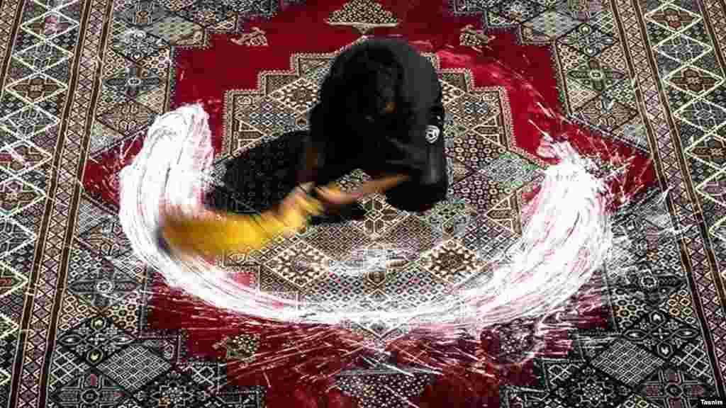 شستن فرش و قالی یکی از مهمترین جلوههای خانهتکانی است که در سالهای اخیر عموما به شرکتهای قالیشویی واگذار میشود.