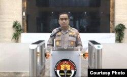 Kepala Bagian Penerangan Umum Divisi Humas Polri, Asep Adi Saputra saat menggelar konferensi pers online pada Rabu, 29 April 2020. (Foto: Tribatra TV Humas Polri/ YouTube)