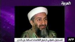 Le chef d'Al-Qaïda, Oussama Ben Laden sur une image de télévision prise à la télévision Al-Arabiya basée à Dubaï, le 15 avril 2004,