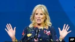 Ibu negara Jill Biden memberikan sambutan sebelum dimulainya final Scripps National Spelling Bee 2021 di Disney World di Lake Buena Vista, Fla, 8 Juli 2021. (AP).