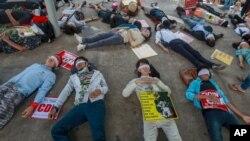 16일 미얀마 양곤에서 군부 쿠데타에 반대하는 시위대가 눈을 가린 채 도로에 누워있다.