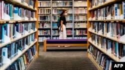 香港一些泛民主派人士撰写的书籍近日遭政府公共图书馆下架。一位女士2020年7月4日在香港一家公共图书馆内。