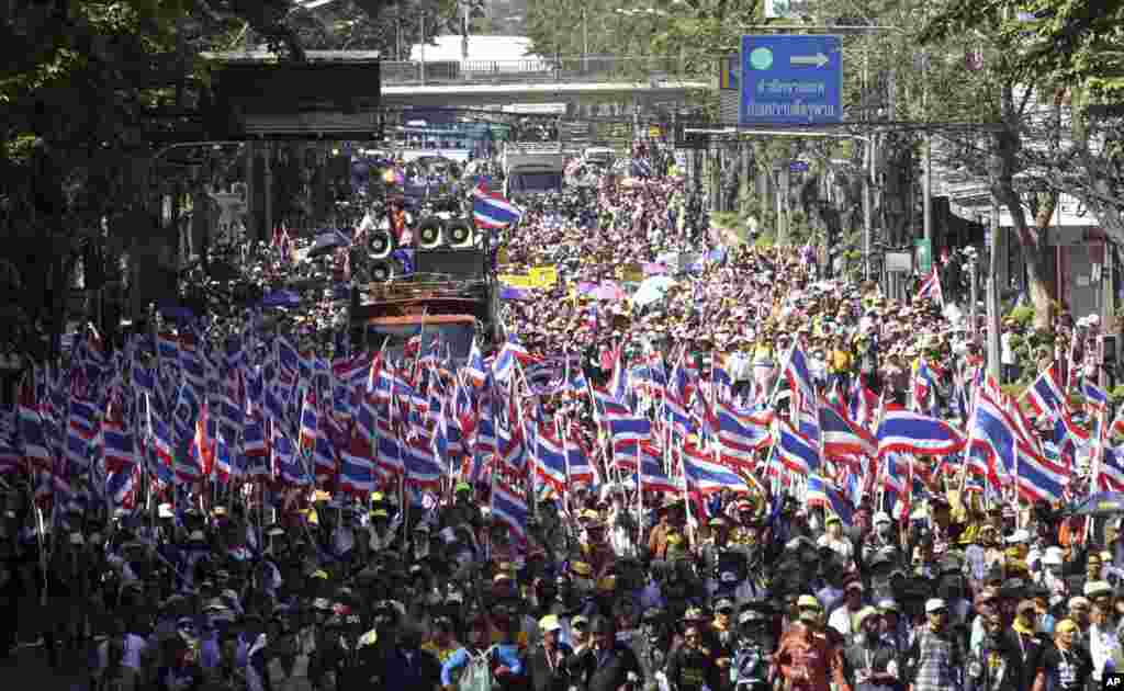 Anti-government protesters with national flags gather for a rally in Bangkok, Jan. 14, 2014.