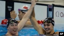 8일 리우 올림픽 여자 수영 평영 100m 결승에서 미국 국가대표팀 릴리 킹(왼쪽)과 케이티 메일리가 각각 금메달과 동메달이 결정된 후 환호하고 있다.