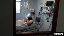 Una paciente contagiada con el coronavirus es atendida en una Unidad de Cuidados Intensivos en las afueras de Buenos Aires, Argentina, 20 de octubre de 2020.