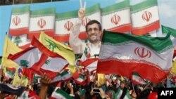 Oduševljene pristalice Hezbola pozdravljaju iranskog predsednika, Mahmuda Ahmadinedžada na skupu u Libanu, 14. oktobar 2010.