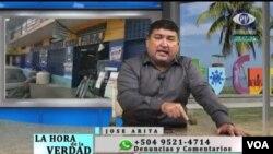El periodista hondureño José Arita durante una transmisión de su programa por televisión. (Foto cortesía)