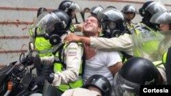 Contreras, quien es profesor de la Universidad Católica Andrés Bello, coordinador de redes sociales de El Nuevo País y activista de Voluntad Popular fue detenido el miércoles 10 de mayo en la Candelaria durante una manifestación.