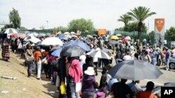 Estudantes aguardando inscrição na Universidade de Joanesburgo