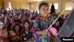 Des enfants déplacés maliens étudiant dans le camp de Mbera, à 40 km de la frontière malienne, le 24 mai 2012.