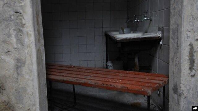 En la imagen, el camarín dentro del ex estadio Chile, donde fue torturado y asesinado el cantante Víctor Jara en Santiago.