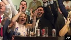 观看公投计票情况的英国脱欧派民众欢庆胜利。
