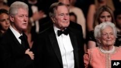 بش سینئر اور باربرا بش سابق صدر بل کلنٹن کے ہمراہ۔ بش سینئر 1992ء کو صدارتی الیکشن بِل کلنٹن سے ہار گئے تھے لیکن بعد ازاں دونوں اچھے دوست بن گئے تھے اور ایک دوسرے سے تواتر سے ملتے تھے۔