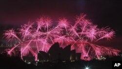 2013년 첫 날을 축하하기 위해 호주 시드니 오페라하우스 주변에서 벌어진 불꽃놀이.