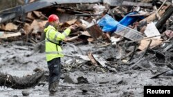 Team SAR melakukan pencarian korban tanah longsor yang masih hilang di Oso, negara bagian Washington (26/3).