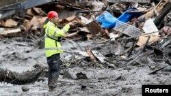 Equipo pesado es usado para limpiar los escombros sobre la autopista 530 en el estado de Washington, luego del alud de tierra que se vino encima.