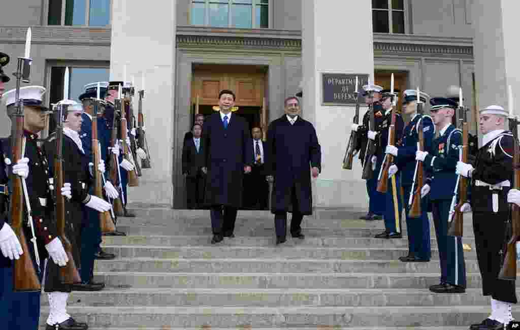 2012年2月14号,在欢迎仪式上,美国国防部长帕内塔(右)陪伴到访的中国国家副主席习近平走下五角大楼台阶。