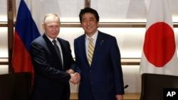 Tổng thống Nga Vladimir Putin, trái, bắt tay Thủ tướng Nhật Shinzo Abe trước khi họp ở Nagato, miền tây Nhật Bản, 15/12/2016.