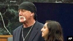 Mantan pegulat profesional Hulk Hogan (kiri) bersama pengacaranya di pengadilan di St. Petersburg, Florida, Maret 2016.