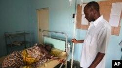 Un médecin est au près d'une femme atteinte de la choléra à Ganjuwa, au Nigeria, le 6 septembre 2010.