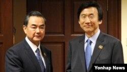 윤병세 외교부 장관과 왕이 중국 외교부장이 30일 오후 브루나이 반다르 세리 베가완 국제컨벤션센터에서 열린 한중 외교장관 회담에서 악수하고 있다.