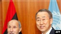 Chủ tịch Hội đồng Chuyển tiếp Quốc gia Libya Mustafa Abdul-Jalil và Tổng Thư ký LHQ Ban Ki-moon trước cuộc họp của họ ở Tripoli, Libya, 2/11/2011