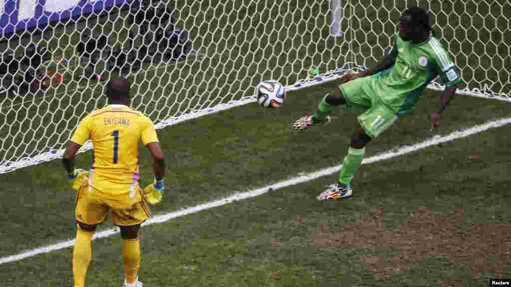 Le Nigérian Victor Moses sauve le tir du Français Karim Benzema, lors d'un match entre le Nigeria et la France, Brasilia, le 30 juin 2014.