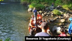 Tim SAR menemukan dua jenazah korban susur sungai Pramuka SMP N1 Turi, Sleman, Minggu, 23 Februari 2020. (Foto: Basarnas DIY)