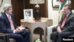 Menlu AS John Kerry saat bertemu dengan Raja Abdullah di Amman, Yordania (Foto: dok).