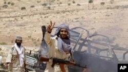 mpiganaji muasi akionesha ishara ya ushindi baada ya mapigano ya kugombea mji wa Al-Qawalish Julai 6, 2011.
