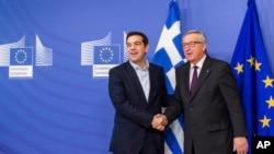 Chủ tịch Uỷ ban châu Âu Jean-Claude Juncker (phải) ân cần tiếp đón Thủ tướng Hy Lạp Alexis Tsipras khi ông đến họp ở Burssels