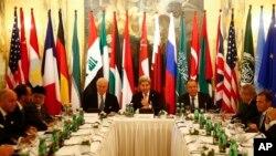 រដ្ឋមន្ត្រីការបរទេសអាមេរិក លោក John Kerry (រូបកណ្តាល) រដ្ឋមន្រ្តីការបរទេសរុស្ស៊ី លោក Sergei Lavrov (រូបស្តាំ) និងរដ្ឋមន្រ្តីការបរទេសផ្សេងទៀតចូលរួមកិច្ចប្រជុំមួយអំពីប្រទេសស៊ីរី នៅក្នុងក្រុងវីយែន ប្រទេសអូទ្រីស កាលពីថ្ងៃទី១៤ ខែវិច្ឆិកា ឆ្នាំ២០១៥។