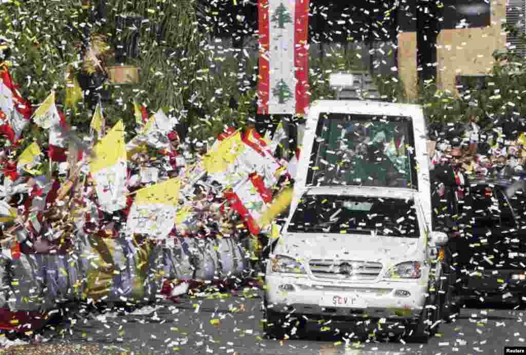 교황 베네딕토 16 세의 레바논 방문을 환영하는 베이루트 근처거리의 환영행사 물결