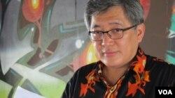 Peneliti Human Rights Watch, Andreas Harsono memaparkan laporan hasil penelitian HRW mengenai nasib para penyandang disabilitas psikososial di Indonesia (VOA/Fathiyah).