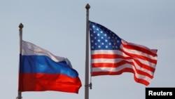 资料照:美国和俄罗斯国旗