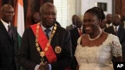 Mantan ibu negara Pantai Gading Simone Gbagbo (kanan) bersama suaminya, Laurent Gbagbo (foto: dok). Simone adalah perempuan pertama yang didakwa oleh Mahkamah Kejahatan Internasional.