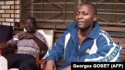 Le porte-parole du RUF (Revolutionary United Front), Gibril Massaquoi (à dr.), répond aux questions des journalistes dans sa maison à Makeni, Sierra Leone, 26 septembre 2001.