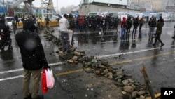 Sebuah jalan diblokir oleh para demonstran sebagai reaksi atas keputusan pemerintah Iran menaikkan harga BBM, di Tehran, Iran, Sabtu, 16 November 2019.