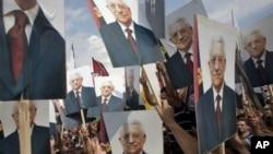 星期天巴勒斯坦民眾在西岸城市拉馬拉高舉阿巴斯的畫像