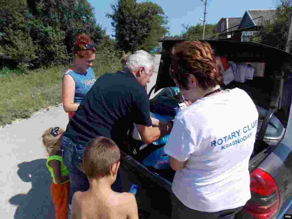 Волонтеры из Ротари клуба «Краснодар» привезли адресную помощь для многодетной семьи.